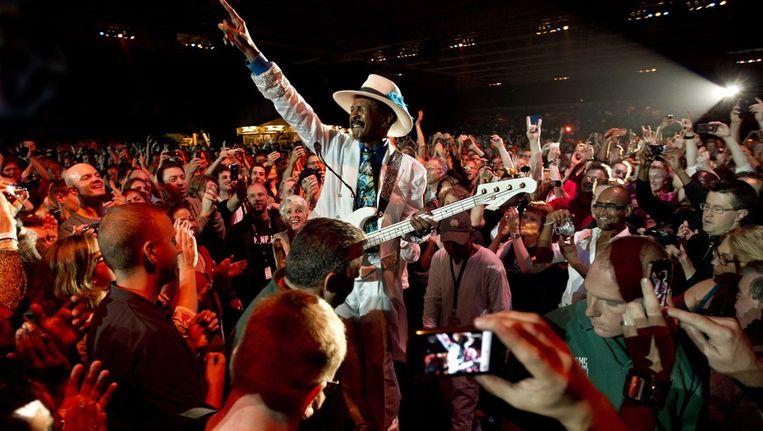 Bassist Larry Graham van Graham Central Station tijdens zijn optreden vannacht. Beeld anp