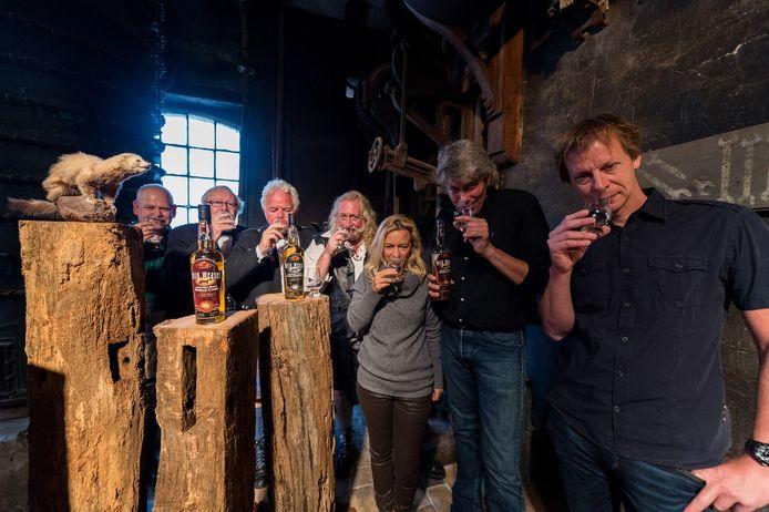 De Wild Weasel whisky werd geproefd en viel in de smaak.
