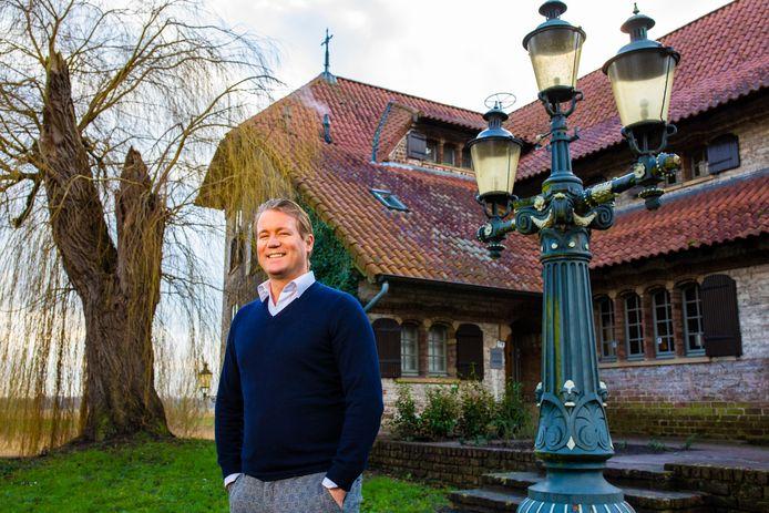 Danny Snijders, eigenaar van advocatenkantoor Snijders, voor zijn kantoor in kasteeltje Valk aan de Vughterweg.