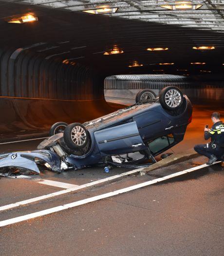 Alweer auto over de kop in Willemstunnel in Arnhem