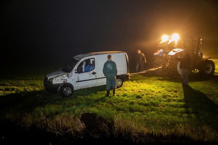 Bedrijfsauto belandt in sloot in Hooge Zwaluwe en moet eruit getrokken worden