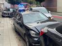 De Volkswagen Golf botste tegen drie geparkeerde voertuigen in Hulste