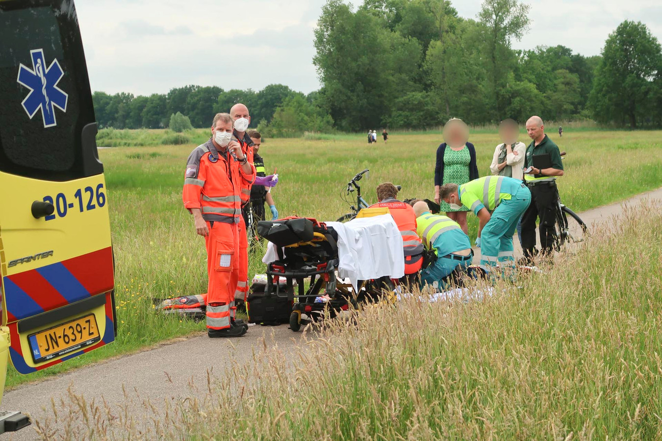Wielrenner ernstig gewond na botsing met fietser in Breda.