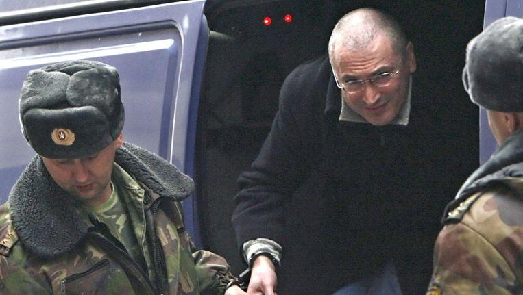 De oligarch Michail Chodorkovsky wordt naar de rechtbank gebracht waar hij voor fraude terechtstaat (archieffoto). Beeld epa