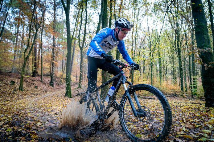 Een mountainbiker op de Veluwezoom.