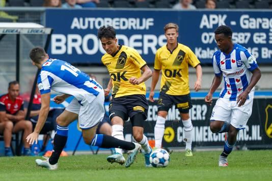 Yassine Azzagari in actie tegen Heerenveen.
