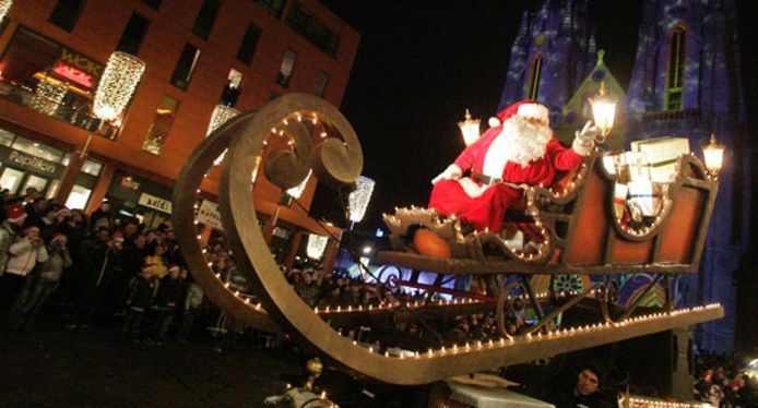 Een wagen met de kerstman op het Catharinaplein. Foto Irene Wouters.