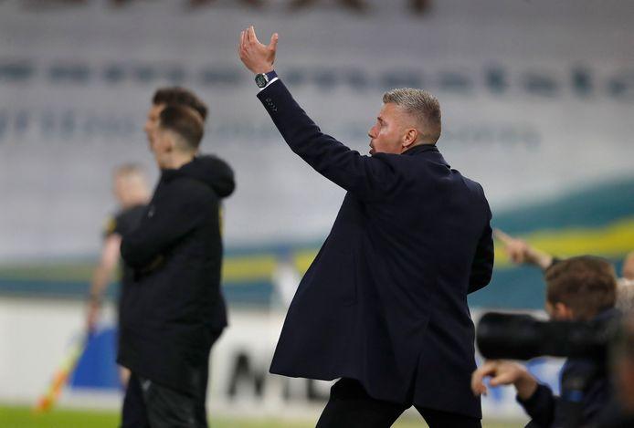 Edwin Linssen coacht langs de zijlijn in het duel tussen De Graafschap en Almere City FC.