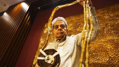 Man laat langste vingernagels ter wereld afknippen om ze aan museum te doneren
