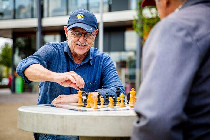 Ton Slagboom speelt een potje aan de schaaktafel die sinds een paar maanden bij de Bieshof in Stadspolders staat.