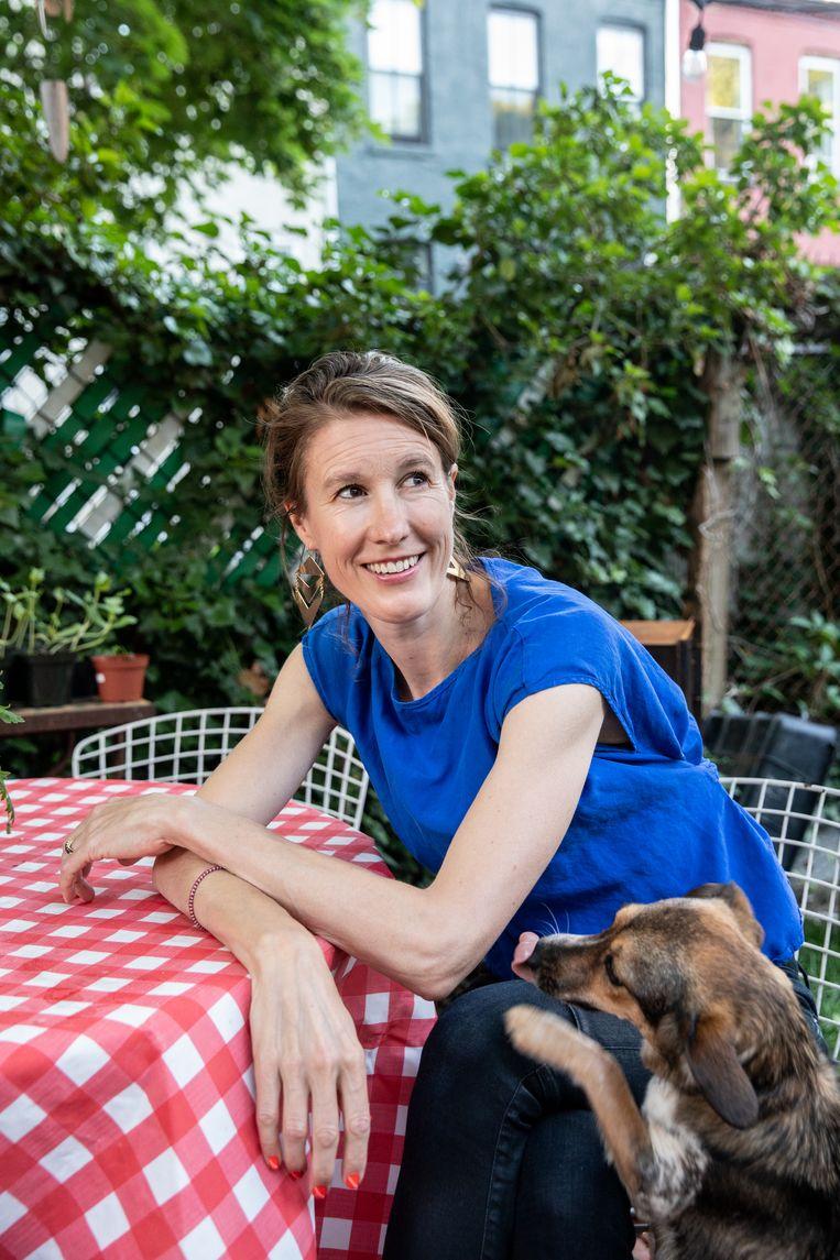 Documentairemaker Corinne van der Borch in haar tuin in de New Yorkse buurt Brooklyn. Beeld Jackie Molloy