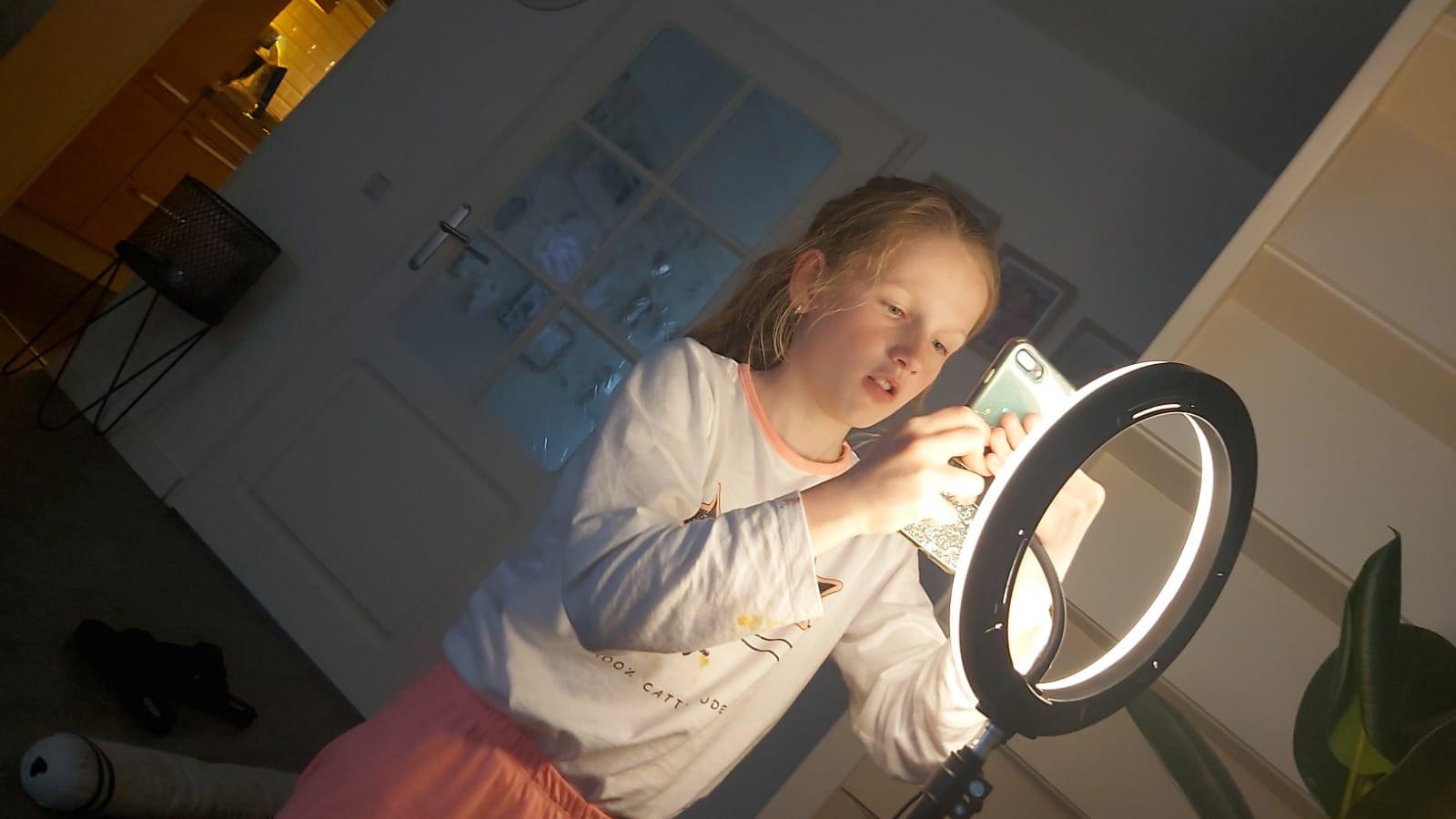 Rachel voor de TikToklamp.