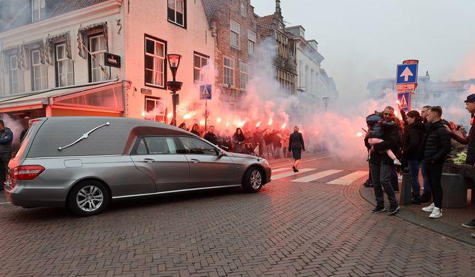 Indrukwekkend eerbetoon voor Hulstenaar Elkin Koole, terwijl de rouwstoet richting de Steenstraat rijdt.
