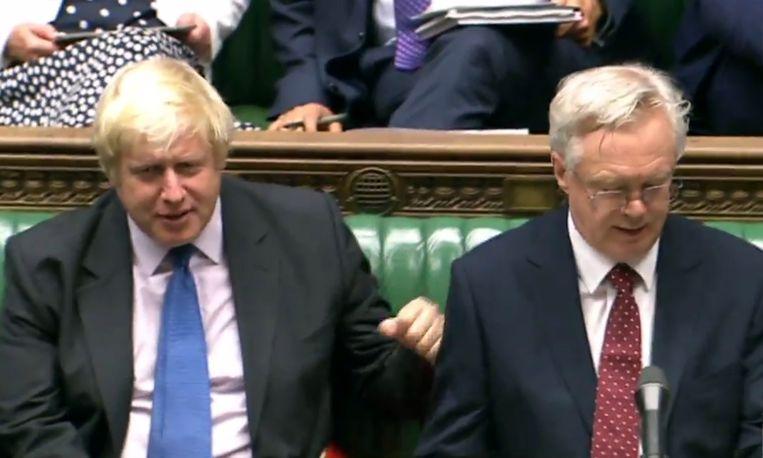 Johnson samen met Davis in het Britse parlement. Beiden namen ontslag naar aanleiding van de brexit. Beeld AFP