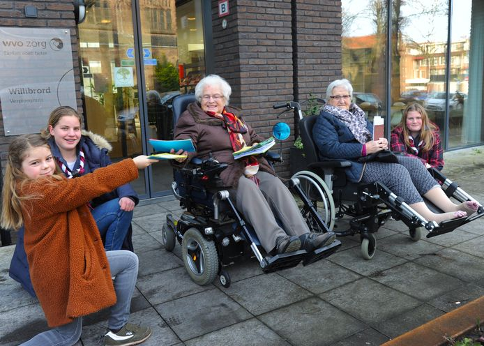 Scoutgroep Lutem overhandigt kaarten voor eenzame mensen - Sierra Chidaine, Lieke Verhage en Maartje Jongedijk (rechts) van scoutgroep Lutem overhandigen kaarten aan mevrouw Geijsels en mevrouw Markusse.