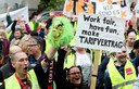Terwijl Bezos in Berlijn de Axel Springer Award kreeg, protesteerden buiten honderden mensen, onder wie werknemers van Amazon.