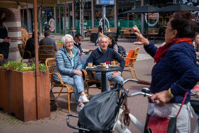 Rieke Krajenbrink en Pier Ronda maken een praatje met een vriendin vanaf het pas heropende terras van Dudok.