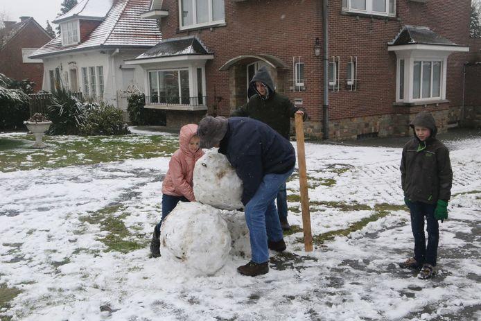 Opa moest wel even helpen met Evelyn-Jesse en Jander om de sneeuwpop te maken