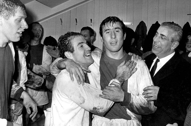 Grote vreugde in de kleedkamer van Ajax na het 2-2 gelijkspel in 1966 tegen het gevreesde Liverpool. Op de foto (v.l.n.r.): Tonny Pronk, Henk Groot, Bennie Muller, Sjaak Swart en voorzitter Jaap van Praag. Beeld andre van der heuvel