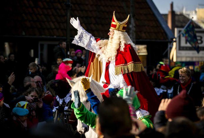 Sinterklaas begeeft zich te paard naar de Zaanse Schans.