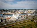 De asfaltfabriek met op de voorgrond de Energieweg. De wijk Hees grenst aan deze weg.