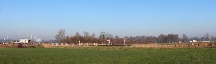 Uiterst links wordt geboord. Uiterst rechts is op een halve kilometer afstand het zonnepark in aanbouw te zien aan de andere kant van de Nettelhorsterweg/N825.