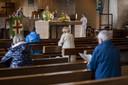 De opkomst tijdens de eucharistieviering deze zondagochtend valt niet tegen. In totaal zitten er zo'n zeventig kerkgangers in de banken.