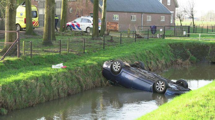 De auto belandde op de kop in de sloot.