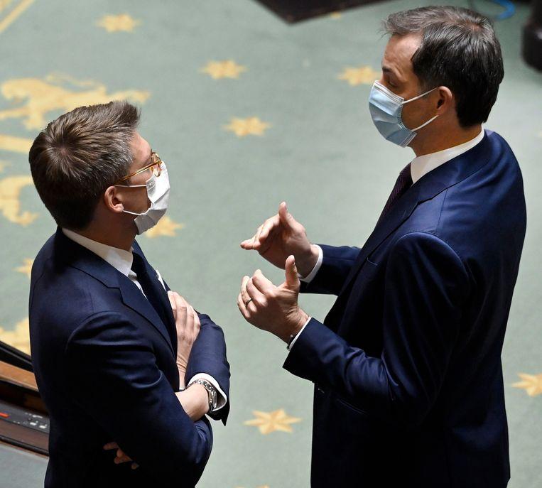 Minister van Werk Pierre-Yves Dermagne (PS) en premier Alexander De Croo (Open Vld). De regering houdt vast aan de vastgelegde norm dat de lonen maximaal 0,4 procent kunnen stijgen. Beeld Photo News