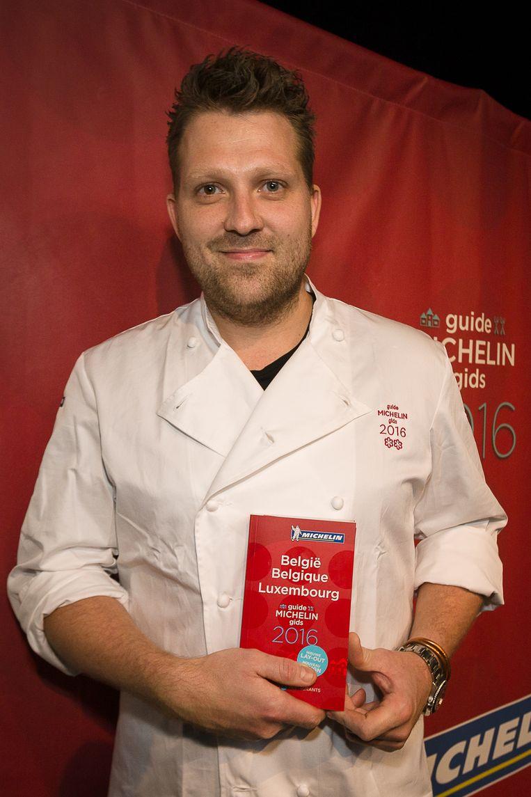 Nick Bril pronkt met de Michelingids, waarin zijn restaurant The Jane is opgenomen met twee sterren. Beeld BELGA