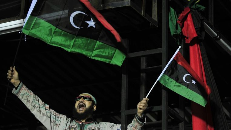 Een militant zwaait met de revolutionaire vlag. Beeld REUTERS