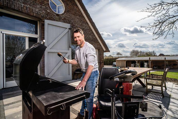 Bram Emmerzaal maakt de Bramburger. De opbrengst gaat naar ALS-onderzoek.