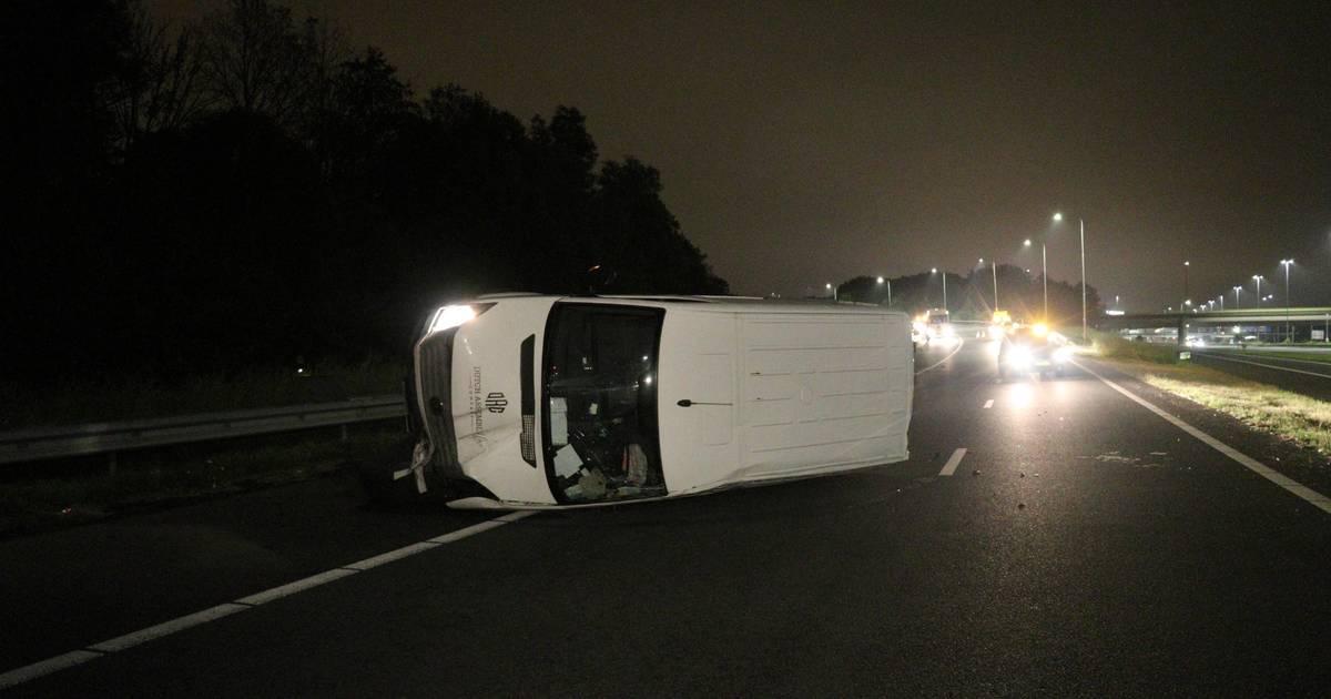 Bestuurder vlucht na ongeval op A12 bij Utrecht de sloot in, maar politie vist de man er even later uit.