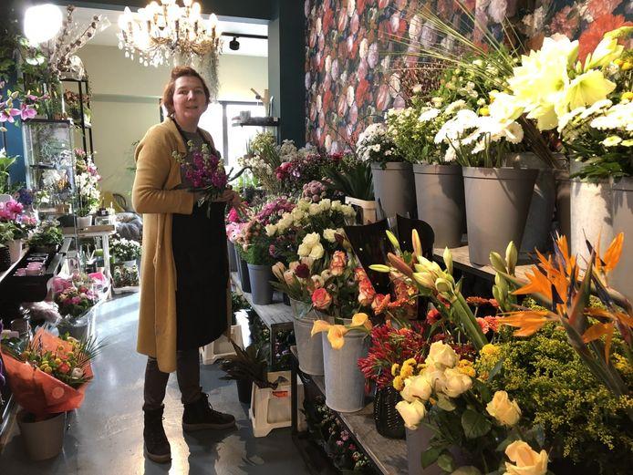 Valerie Gorgon van Ateljee Alice woont aan de ene kant van het kanaal, terwijl haar bloemenzaak aan de overkant ligt.