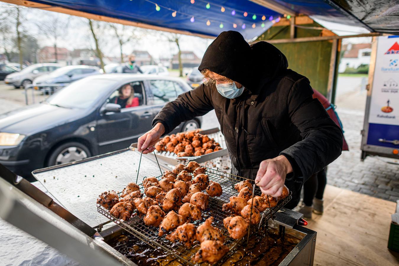'Chef oliebol' Stef Hoekjen heeft inmiddels zoveel ervaring dat hij ze perfect goudbruin bakt.