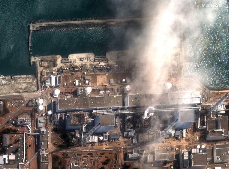 Een luchtbeeld toont de rook die uit de Daiichi-kerncentrale komt na de aardbeving. Beeld EPA