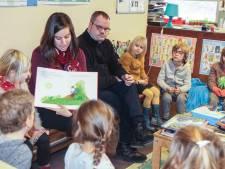 Vrijwilligers met beperking lezen voor aan leerlingen De Sterrespits
