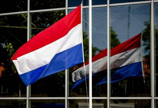Op veel plekken in Bunschoten hangt de vlag halfstok.