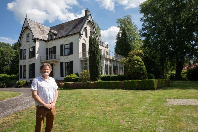 Henk van de Mortel, eerder in een deel van de tuin van de voormalige villa van de familie van de Griendt, die in hartje Griendtsveen ligt en nu een andere eigenaar krijgt.