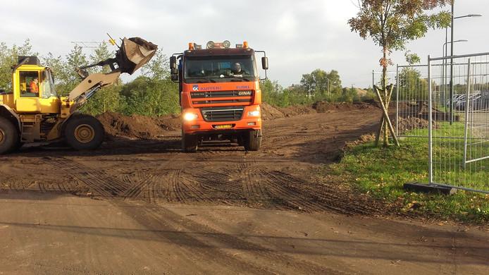 Op de parkeerplaats bij Station Maarheeze wordt het hoger gelegen stuk grond afgegraven.