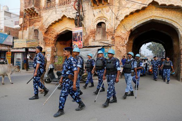 Indiase paramilitairen patrouilleren in de stad Ayodhya na de bekendmaking dat het hooggerechtshof de bouw toelaat van een hindoetempel op een omstreden eeuwenoude religieuze plek in de stad.