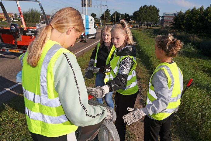 Femke, Noa, Lara en Kate ruimen in Hardinxveld-Giessendam zwerfafval op.