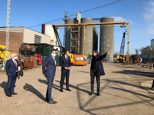 Minister en CDA-lijsttrekker Wobke Hoekstra (midden) deed maandag tijdens zijn werkbezoek aan Brabant de Noordkade aan. Eigenaren Frank (linksvoor) en Stefan van de Ven (rechts) gaven uitleg.