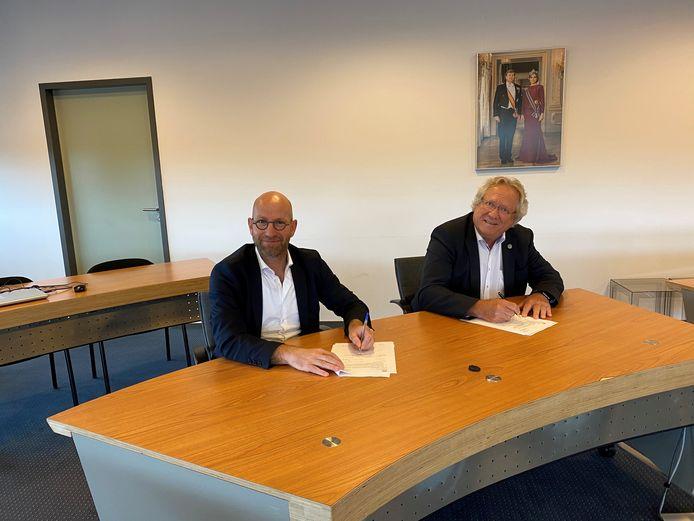 Ondertekening van het contract voor huizenbouw in plan Hemelrijk in Puiflijk. Harold van Rooijen (l), algemeen directeur Klokgroep en André Springveld, wethouder wonen.