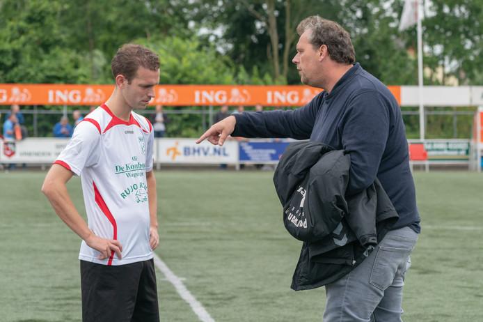 Dennis Rou in de rust van de wedstrijd tegen Bemmel met trainer Ronald Lieftink