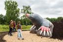 Bezoekers van het Loetbos in Lekkerkerk bekijken een een mol van 2 meter 70 hoog en 800 kilo zwaar. Het nieuwe kunstwerk is onderdeel van de kwaliteitsimpuls die het Loetbos moet opleuken.