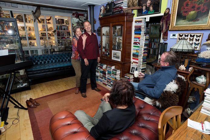 Met twee man publiek, bestaande uit een man een vrouw, voeren Jos Spijkers en zijn partner Zwaan Stam hun theatervoorstelling 'Ik wil jou' op in eigen huis.