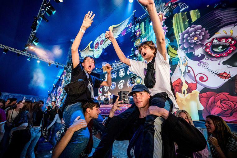 Publiek geniet van muziek en samenzijn op het Stereo Sunday Festival afgelopen weekend. Door verbetering van de coronacijfers is het weer mogelijk muziekfestivals te bezoeken.  Beeld ANP