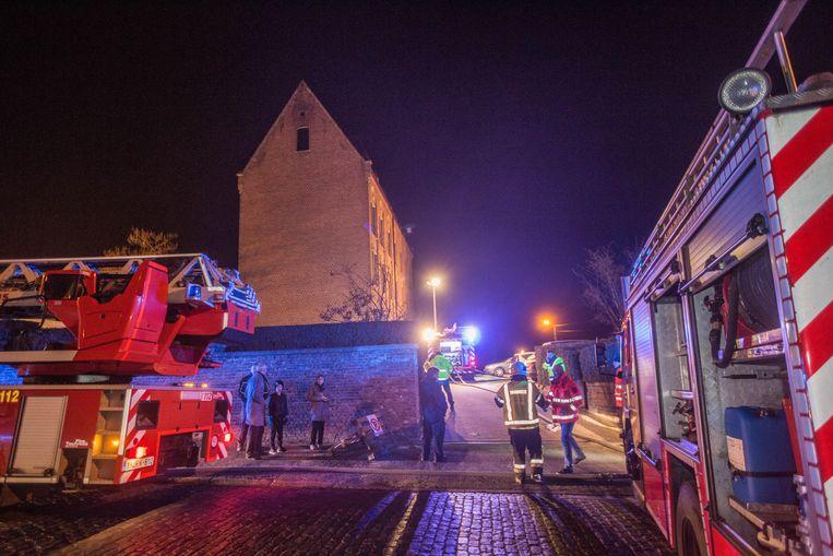 De hulpdiensten staan paraat aan woonzorgcentrum Mater Dei in de Molenhofstraat .
