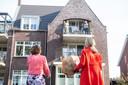 Burgemeester Anneke Raven van de gemeente Hellendoorn ging wel op pad om haar zeven burgers - op afstand - te feliciteren, zoals in Haarle bij Gerda Knobben Bouwhuis.